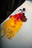 färgrika skapande använda färgpulvertatueringar Arkivbild