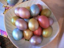 färgrika skinande easter ägg i en platta royaltyfri fotografi