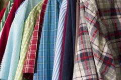 färgrika skjortor Royaltyfri Fotografi