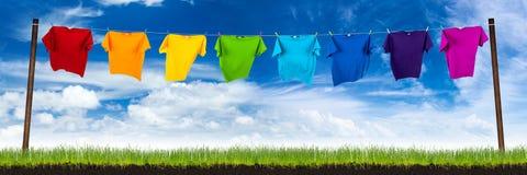Färgrika skjortor på tvätt av lin arkivfoton