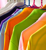 färgrika skjortor t Royaltyfri Fotografi