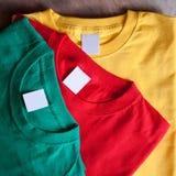 färgrika skjortor t arkivbild