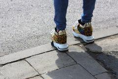 Färgrika skor för vårsommardamer arkivfoton