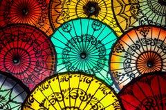Färgrika slags solskydd på den traditionella asiatiska marknaden i Bagan, Myanmar Arkivbilder