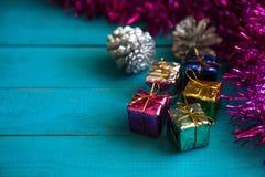 Färgrika små gåvaaskar Arkivbilder