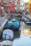 Färgrika små, ljust målade hus på ön av Burano, Venedig, Italien Royaltyfri Foto