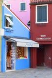 Färgrika små, ljust målade hus på ön av Burano, Venedig, Italien Royaltyfria Foton