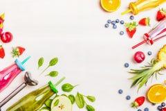 Färgrika smoothies: gräsplan, rosa färger, gult och rött med ingredienser för sunt äta, detox eller bantar matbegrepp på vitt trä Arkivbilder