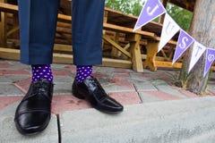 Färgrika sockor av brudgummen Arkivfoton