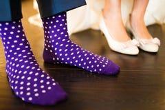 Färgrika sockor av brudgummen Royaltyfri Bild