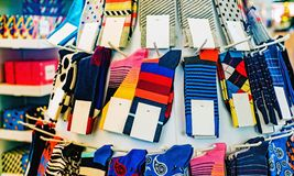 Färgrika sockor med vita etiketter Arkivfoton