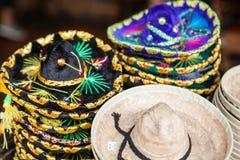 Färgrika sombrero som är till salu på en marknad i Mexico Royaltyfri Foto
