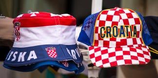 Färgrika souvenirhattar av Kroatien på försäljning royaltyfria bilder