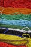 Färgrika souvenirpärlhalsband Arkivfoton