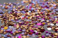 Färgrika spridda paljetter Royaltyfri Bild