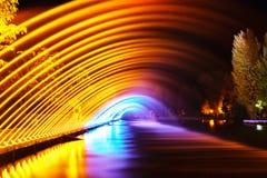 Färgrika springbrunnar i stad parkerar på nattetid, lång exponeringspho fotografering för bildbyråer