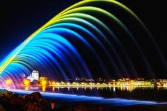Färgrika springbrunnar i stad parkerar på nattetid, lång exponeringspho royaltyfria bilder