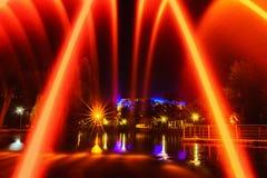 Färgrika springbrunnar i stad parkerar på nattetid, lång exponeringspho royaltyfri fotografi