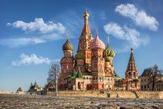 Färgrika St-basilikas domkyrka på röd fyrkant royaltyfri bild