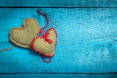 Färgrika stack hjärtor på de blåa brädena Royaltyfri Bild