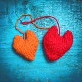 Färgrika stack hjärtor på de blåa brädena Arkivfoto