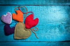 Färgrika stack hjärtor på de blåa brädena Arkivbilder