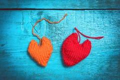 Färgrika stack hjärtor på de blåa brädena Fotografering för Bildbyråer