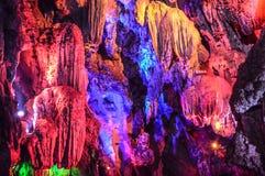 Färgrika stalaktit i grottor Arkivbilder