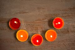 Färgrika stearinljus på träbrädena royaltyfria foton