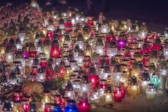 Färgrika stearinljus står sidan - förbi - sidan, ljus av minnet Royaltyfri Foto