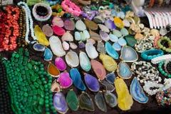 Färgrika stenar och smycken för kvinnor arkivbild