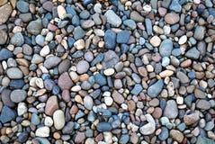 Färgrika stenar på stranden i sommar Arkivbild