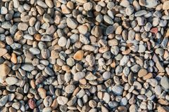 Färgrika stenar på stranden som en intressant bakgrund Arkivbild