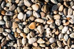 Färgrika stenar på stranden som en intressant bakgrund Fotografering för Bildbyråer