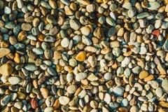 Färgrika stenar på stranden som en intressant bakgrund Royaltyfri Foto