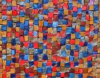 Färgrika stenkuber på väggen Royaltyfria Bilder