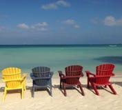 Färgrika stolar vid havet arkivbild