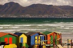 Färgrika strandkojor, Muizenberg, Sydafrika fotografering för bildbyråer