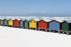 Färgrika strandkojor på den vita sandiga stranden Fotografering för Bildbyråer