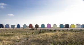Färgrika strandkojor på en Sunny Day royaltyfri bild