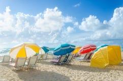 Färgrika strandparaplyer/slags solskydd och cabanas near havet Royaltyfri Bild