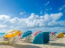 Färgrika strandparaplyer/slags solskydd och cabanas near havet Royaltyfri Foto