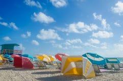 Färgrika strandparaplyer/slags solskydd och cabanas near havet Royaltyfri Fotografi