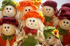 Färgrika Straw Scarecrow Dolls Lined Up Royaltyfri Bild