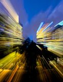 Färgrika strimmor av ljus från en stadsbyggnad Arkivbild