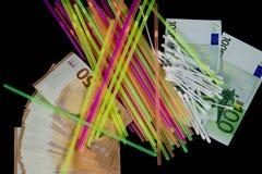 Färgrika sugrör, BOMULLSKNOPPAR och 50 och 100 eurosedlar Royaltyfria Foton