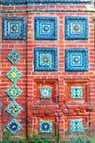 Färgrika svansar Gammal kyrklig fasad i Yaroslavl, Ryssland Royaltyfria Bilder