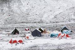 Färgrika tält täckt snö Royaltyfri Fotografi