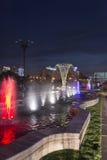 Färgrika tända springbrunnar i Bucharest Arkivbilder