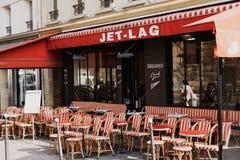 Färgrika tabeller och stolar i trottoarkafét Paris, Frankrike Royaltyfri Bild